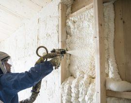 Isolation des murs d'une maison en construction