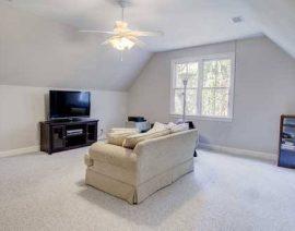 Розширюючи житлову площу будинку – мансардний поверх.